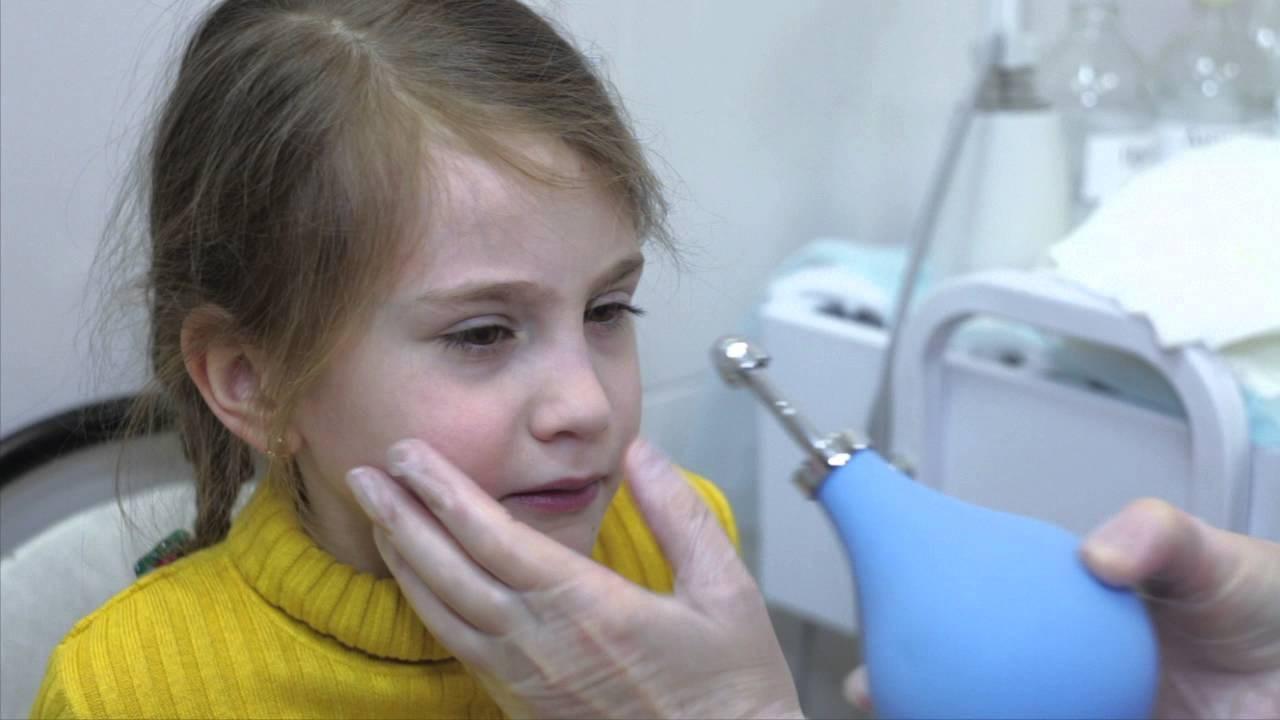 Продувают уши ребенку как слуха отита у снижение во ребенка время